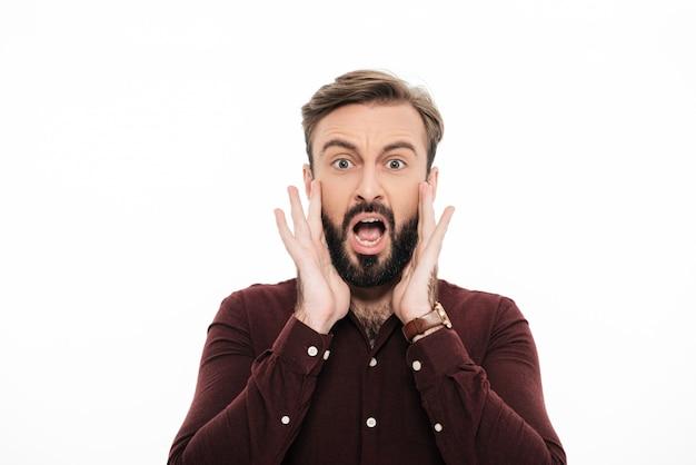 Gros plan le portrait d'un jeune homme barbu décontracté