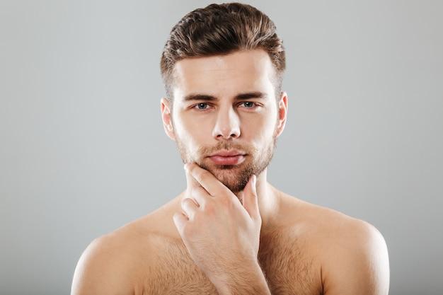 Gros plan le portrait d'un jeune homme barbu