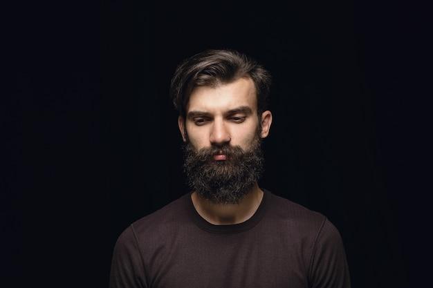 Gros plan portrait de jeune homme isolé