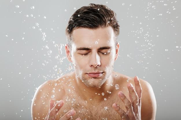 Gros plan le portrait d'un jeune homme à moitié nu