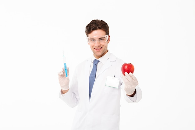 Gros plan le portrait d'un jeune médecin de sexe masculin heureux