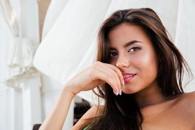 Gros plan portrait d'une jolie femme regardant avant