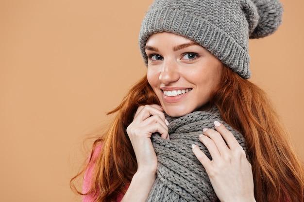 Gros plan le portrait d'une jolie rousse souriante