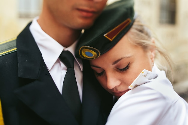 Gros plan portrait de la mariée sur les épaules d'hommes militaires