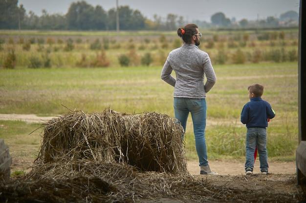 Gros plan portrait de papa et fils regardent l'horizon