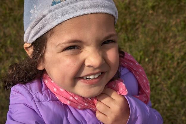 Gros plan portrait de petite fille souriante