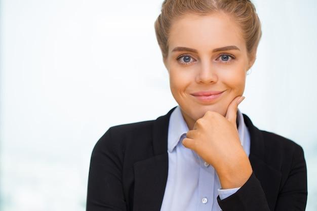 Gros plan de positif foire aux cheveux business woman