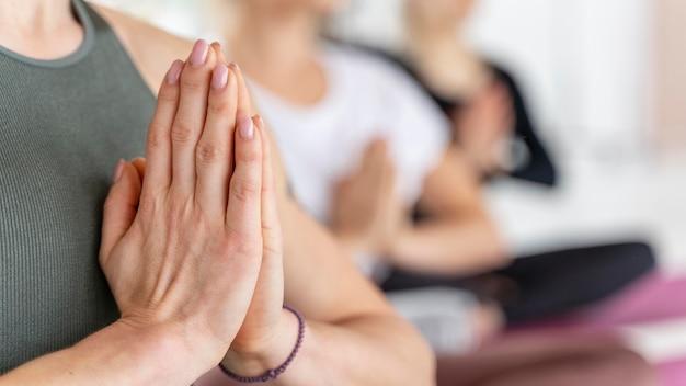 Gros plan de la position de méditation