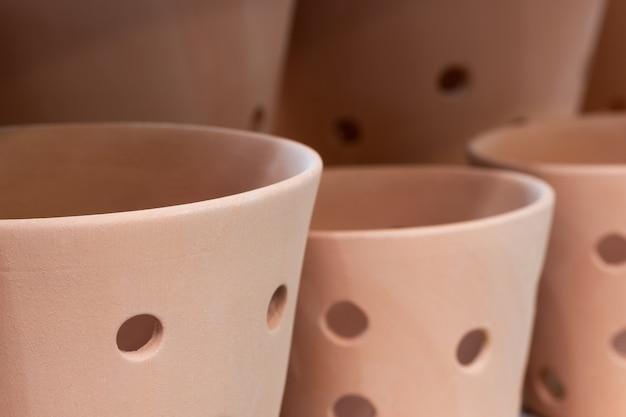 Gros plan de pot de fleur marron en céramique vide