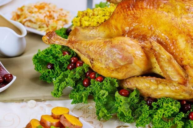 Gros plan de poulet, décoré de chou frisé et de canneberge pour le dîner de noël. concept de vacances de nouvel an.