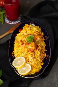 Gros plan de poulet avec du riz cuit dans un style indien