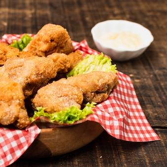 Gros plan de poulet frit sur une table en bois