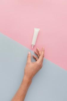 Gros plan pour les mains et la crème