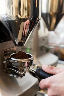 Gros plan de la préparation du café à la main