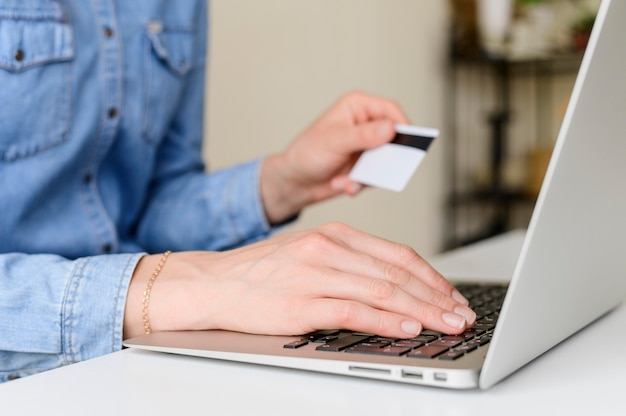 Gros plan prêt à acheter en ligne