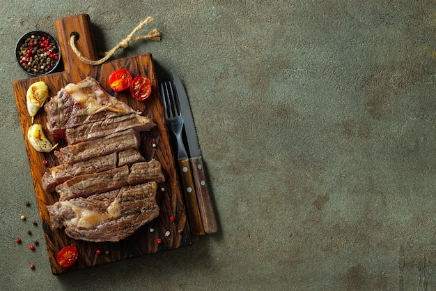 Gros plan prêt à manger steak ribeye.