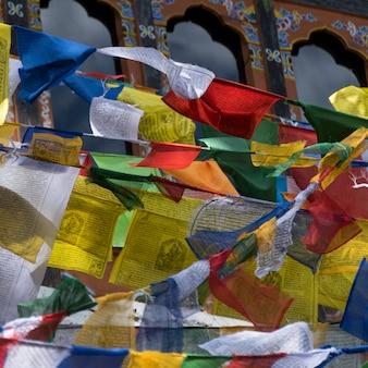 Gros plan, de, prière, drapeaux, à, taktsang, monastère, paro, paro, district, paro, vallée, bhoutan