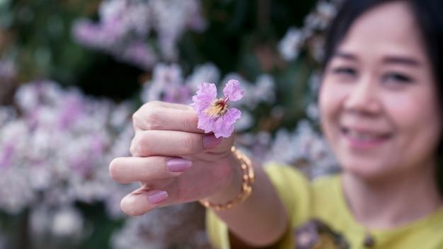 Gros plan, à, printemps, fleurs, à, sourire, femme asiatique