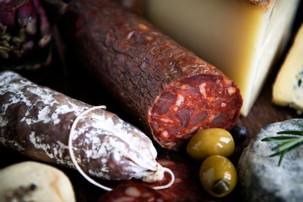 Gros plan des produits à base de viande de charcuterie