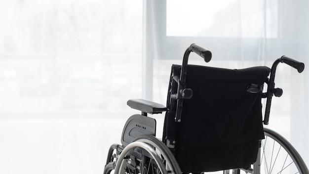 Gros plan professionnel en fauteuil roulant