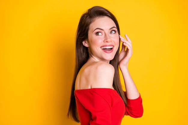 Gros plan profil vue de côté portrait d'elle elle attrayante adorable magnifique contente étonnée joyeuse fille aux cheveux bruns bonne nouvelle réaction de vente isolé brillant vif éclat vibrant fond de couleur jaune