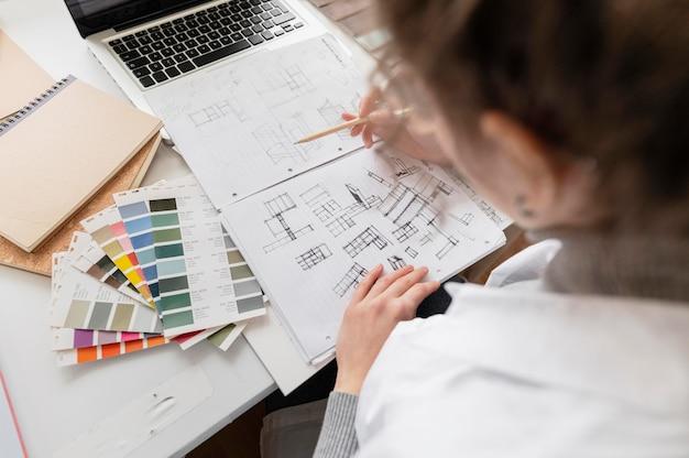 Gros plan projet de dessin de femme