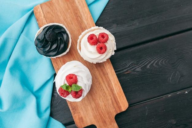 Gros plan de quelques cupcakes gourmands et décadents givrés avec une variété de saveurs de glaçage
