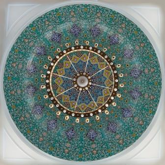 Gros plan de quelques décorations arabes sur un mur