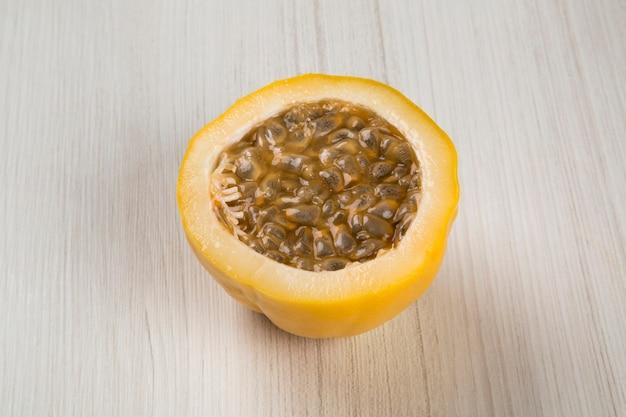 Gros plan de quelques fruits de la passion. fruits frais.