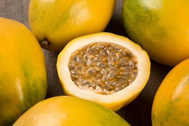 Gros plan de quelques fruits de la passion sur une surface en bois vue d'en haut. fruits frais.