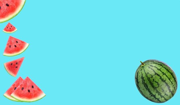 Gros plan de quelques morceaux de pastèque rafraîchissante sur fond bule ; fruit pour la vitamine a et le bêta-carotène.