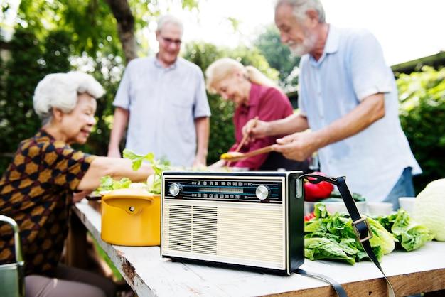 Gros plan d'une radio classique rétro sur une table de cuisson en bois