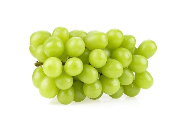 Gros plan sur le raisin vert frais isolé