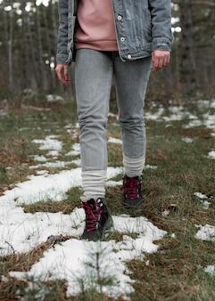 Gros plan randonneur marchant dans la forêt