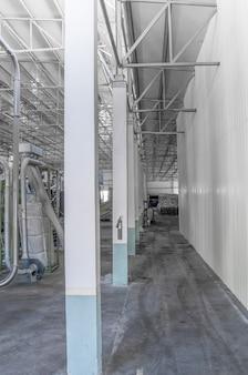 Gros plan sur une rangée de colonnes à l'usine pour le traitement et le recyclage des bouteilles en plastique