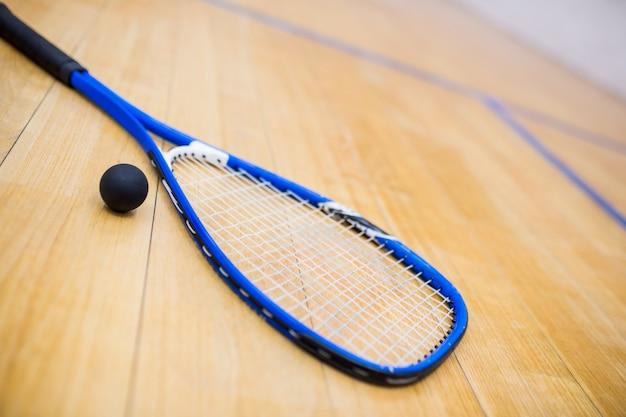 Gros plan d'une raquette de squash et d'une balle