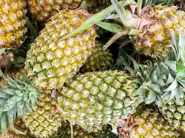 Gros plan et recadrer le tas d'ananas sur le marché.