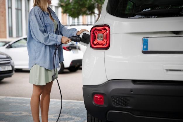 Gros plan sur la recharge des voitures électriques