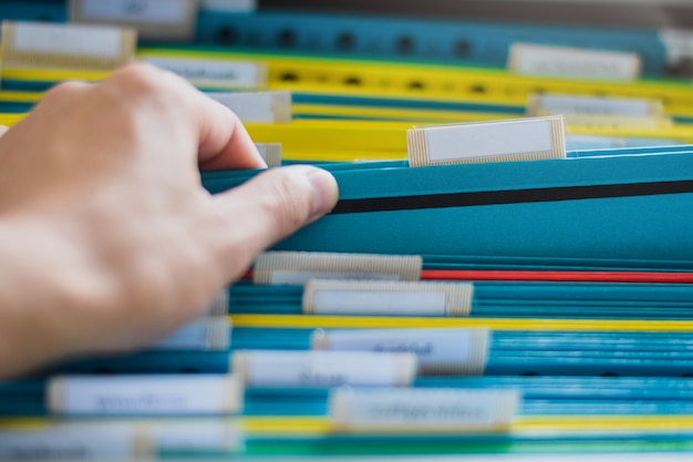Gros plan d'une recherche manuelle et sélection d'un dossier