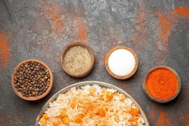 Gros plan sur un repas de riz cuit à la vapeur sur une assiette
