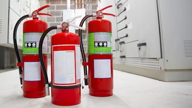 Gros plan le réservoir d'extincteurs rouge
