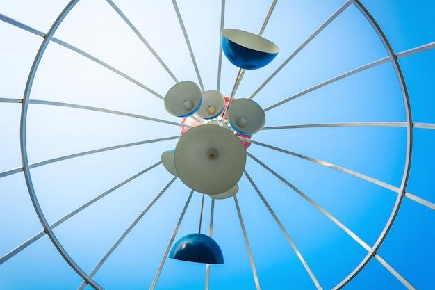 Gros plan rétro lanterne arabe sur le toit