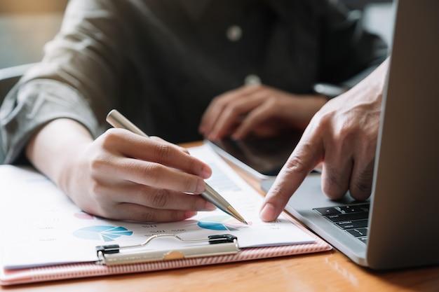 Gros plan de réunion d'affaires et de discussion pour les finances, la fiscalité, la comptabilité, les statistiques et le concept de recherche analytique