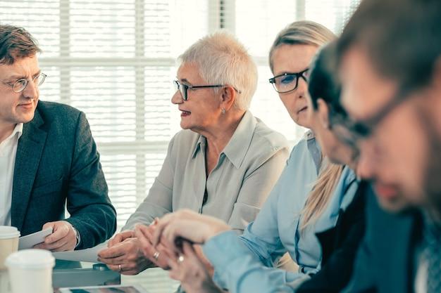 Gros plan sur la réunion du groupe de travail dans le concept d'entreprise de bureau