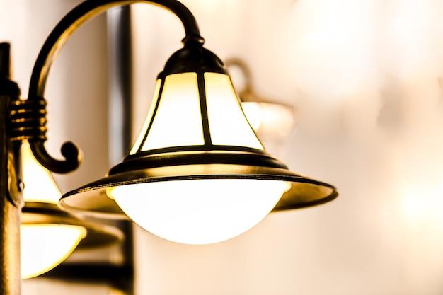 Gros plan sur le réverbère décoratif lumineux