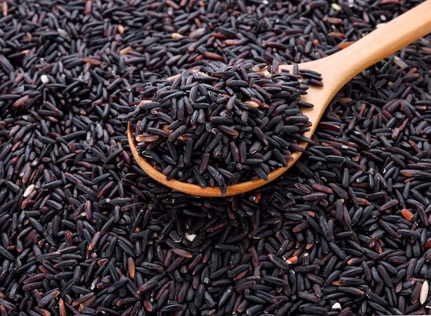 Gros plan de riz berry riz avec une cuillère en bois