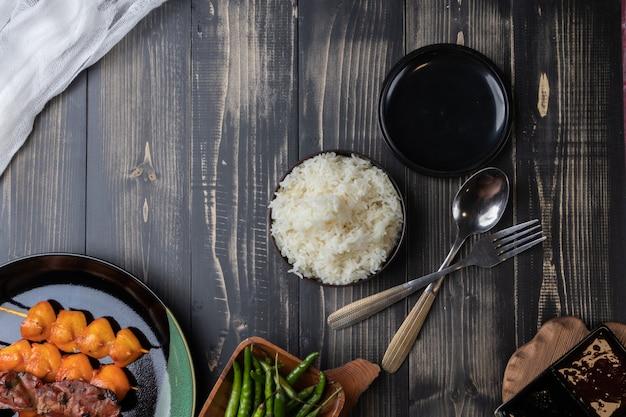 Gros plan de riz cuit à la vapeur avec du poulet grillé