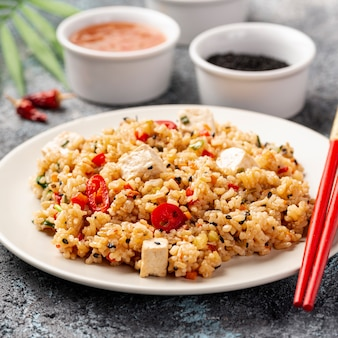 Gros plan, riz, legumes, sauce soja, baguettes