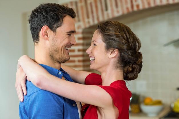 Gros plan, romantique, couple, debout, face à face, embrasser, autre, cuisine