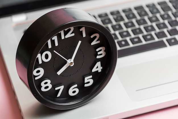 Gros plan, rond, horloge noire, sur, ordinateur portable